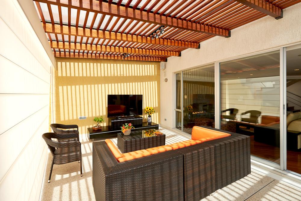 Terrazas y pergolas de madera photo for Que piscina puedo poner en una terraza